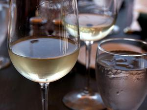 wpid-glass_of_white_wine_w725_h544.jpg